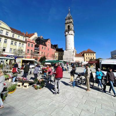 Zahlreiche Bautzener besuchten am Karsamstag den Ostermarkt am Fuße des Reichenturms, um frische Lebensmittel zu erwerben.
