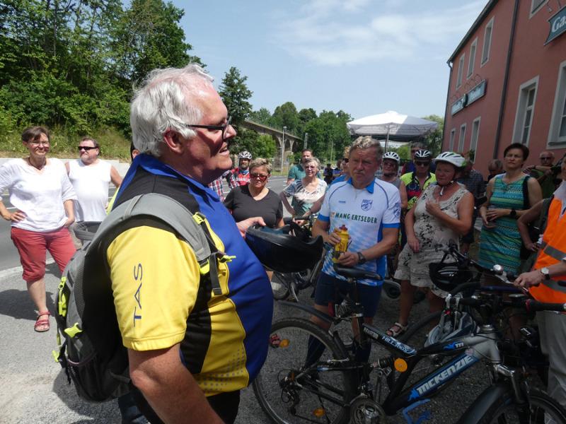 Pedalritter streiten für Radwegbau