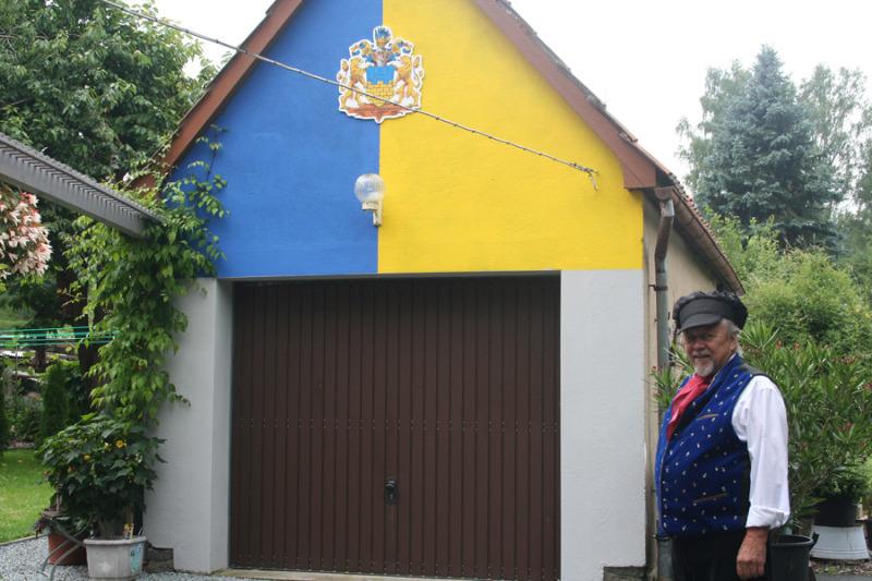 Garagengiebel glänzt in den Heimatfarben