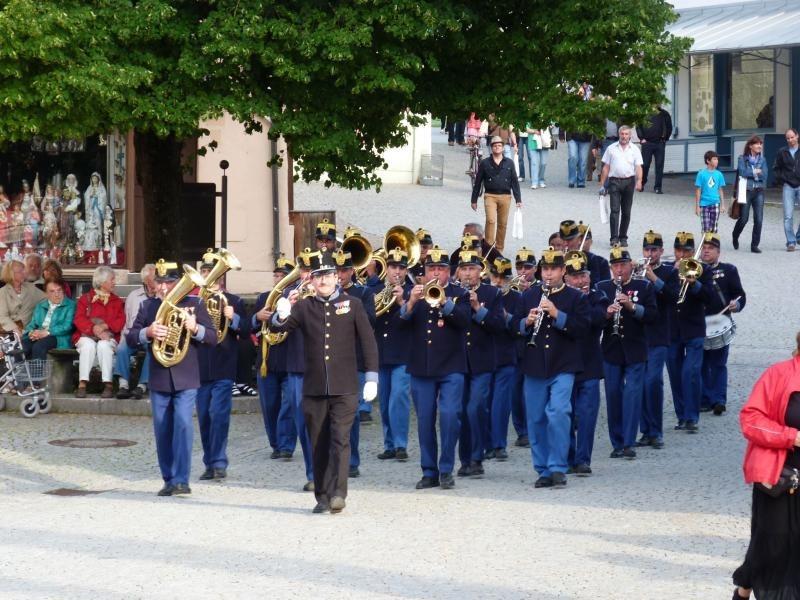 Militärmusik in Originaltrachten