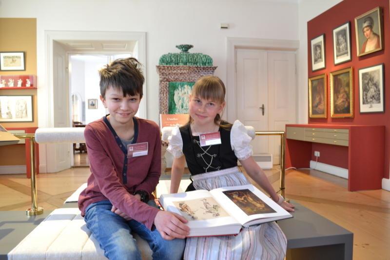Kinder führen zu den musealen Schätzen in Großschönau