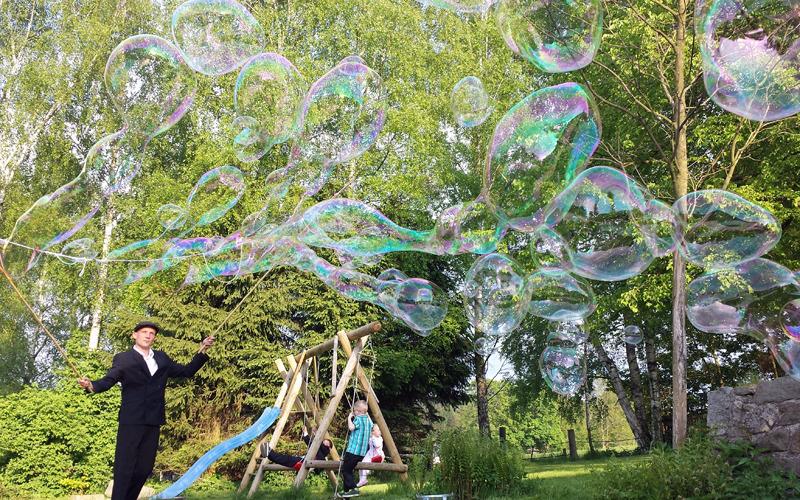 Riesige Seifenblasen verzaubern Besucher
