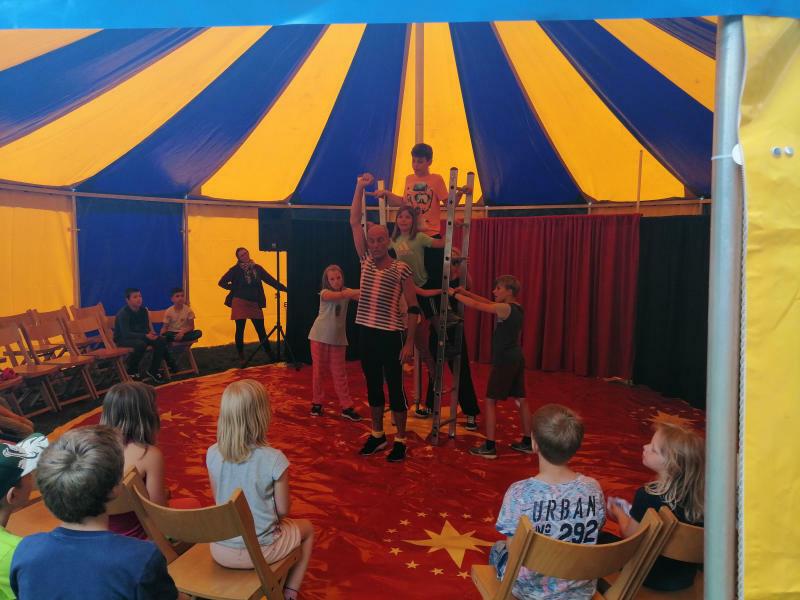 Kinder in Löbau machen  in der Freizeit Zirkus