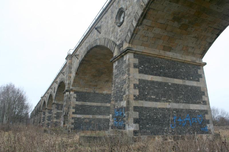 Schmierfinken am Viadukt