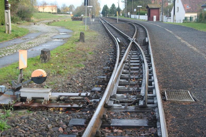 Betrunkener liegt neben dem Gleis