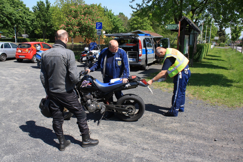 Polizei kontrolliert Motorradfahrer