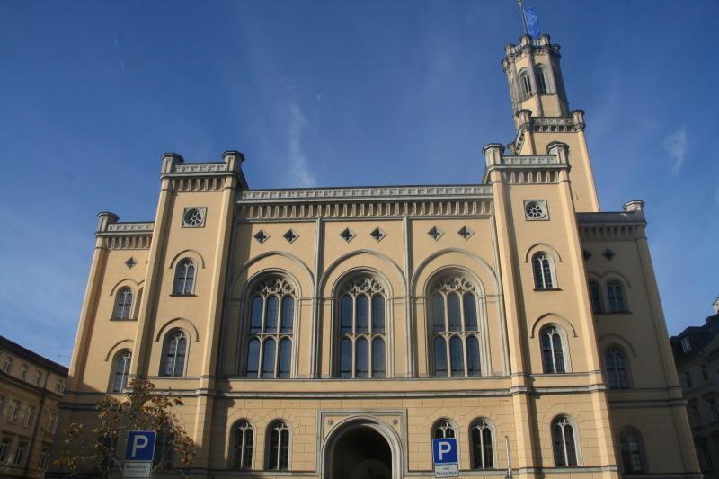 Stadt wechselt Rathausfenster aus