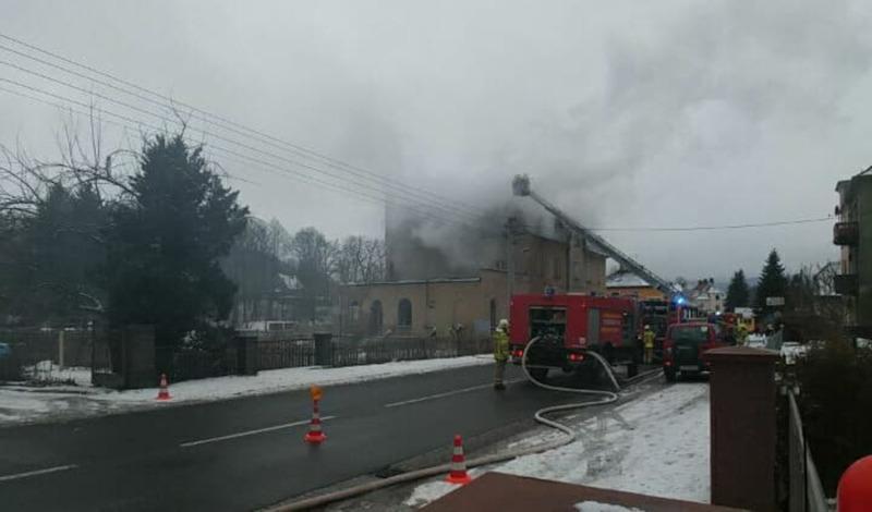 Leerstehendes Haus in Flammen