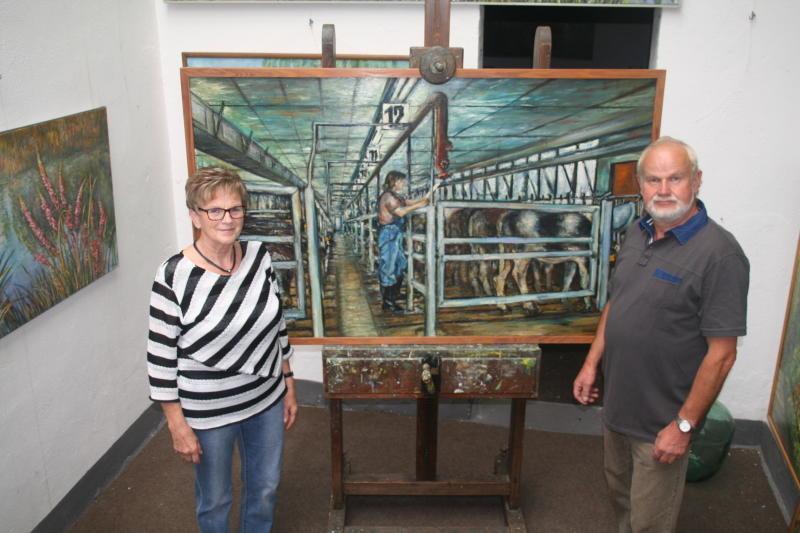 Die Rinderzüchterin  als Modell im Viehstall