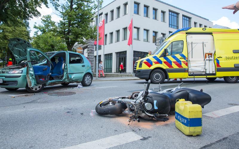 Pkw und Motorrad in Kamenz zusammengestoßen