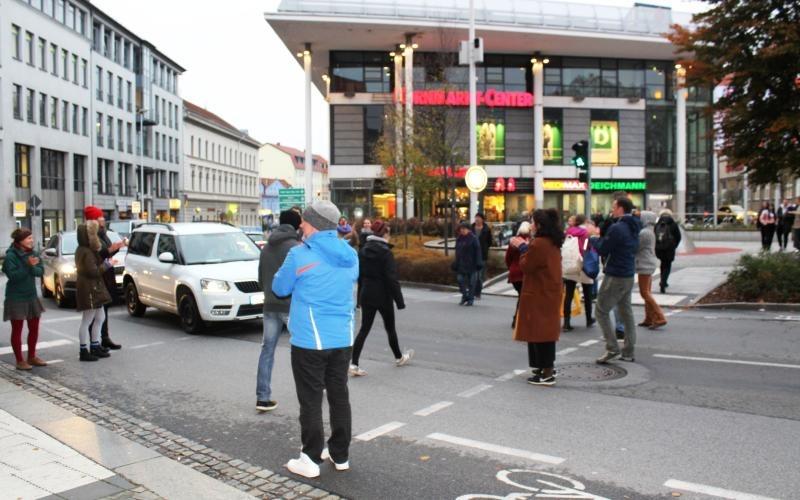 Theaterprojekt auf offener Straße lenkt Blicke auf sich