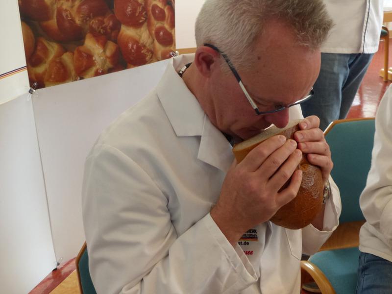 Prüfer testet das Brot ausgiebig mit allen Sinnen