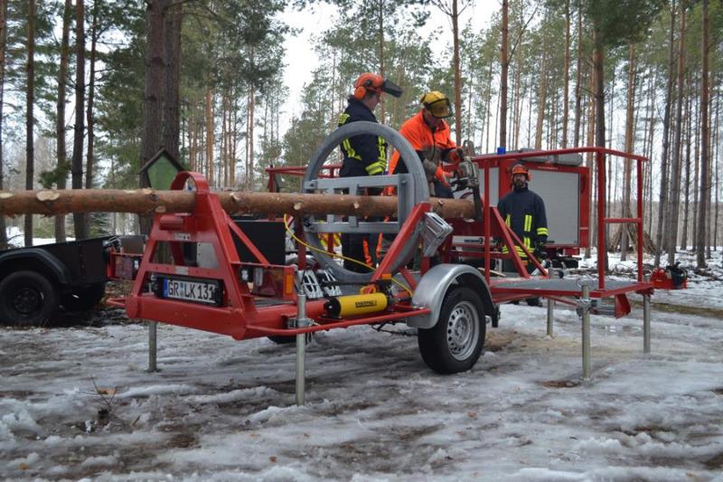 Feuerwehrleute proben für Sturm