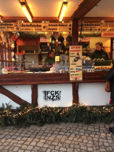 Buden auf dem Weihnachtsmarkt beschmiert