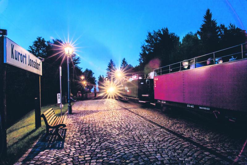 Dampfzug schnauft durch Sommernacht