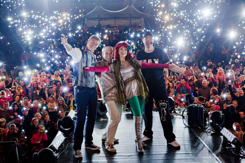 Konzert im Schein von Taschenlampen