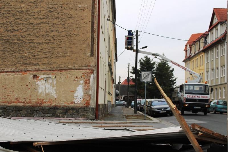 Sturm reißt Metallfläche von Hausgiebel