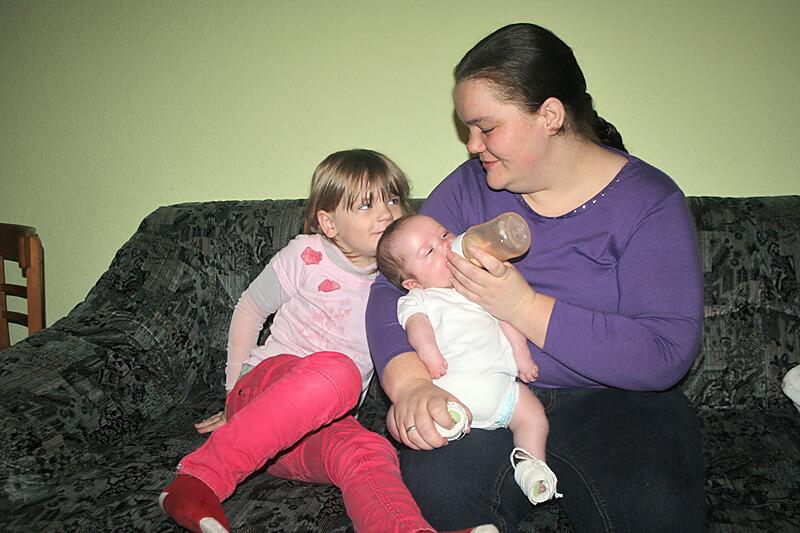 Kleine Johanna leidet an steifen Gelenken