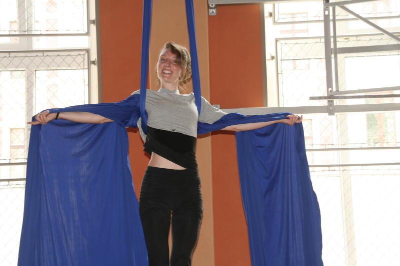 Training am Tuch mit akrobatischem Chick