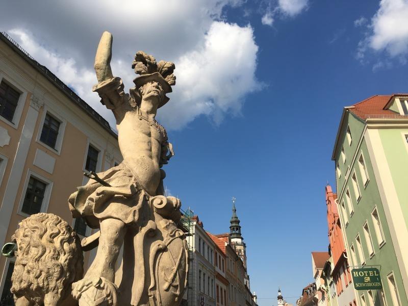 Herold weist ohne Hand gen Dresden statt Prag
