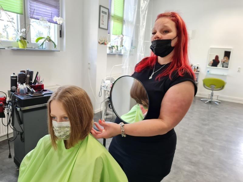 Elena spendet Haare für krebskrankes Kind