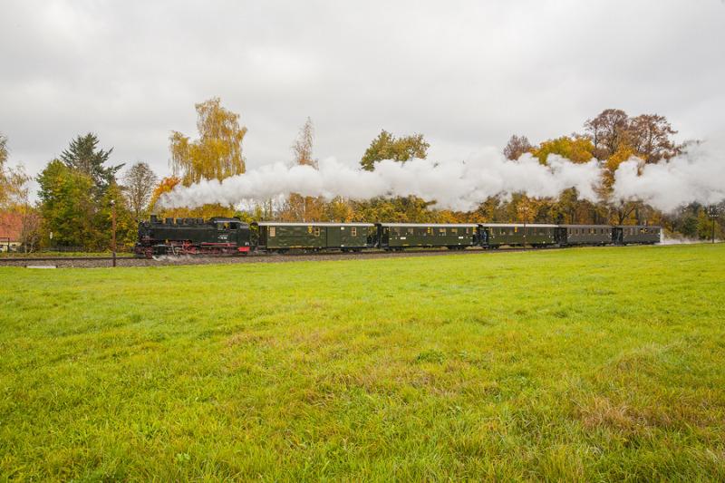 Zeitreisezüge schnaufen bei der Schmalspurbahn