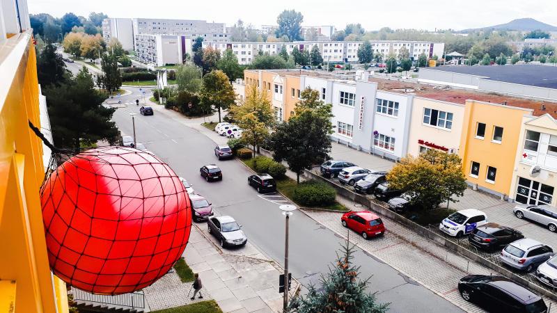 Roter Ball gleich sanierte Wohnung