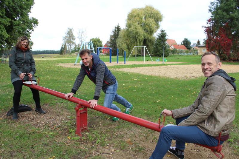 Sportfreunde peppen Dorfspielplatz auf