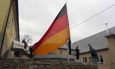Eine Reichs-TAGS-Flagge weht jetzt auf dem Oberlichtenauer Dorfplatz