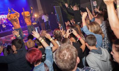 Partystimmung im großen Festzelt