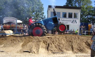 Traktoren umrunden Erdachse