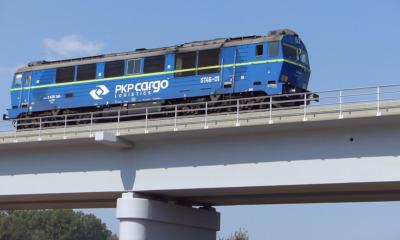 Die erste Lok rollt auf dem neuen Gleis