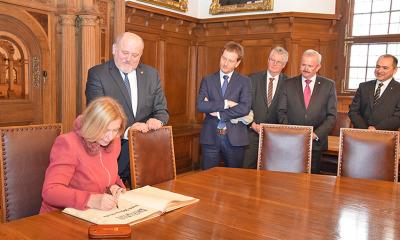 Goldenes Buch der Stadt Görlitz: Bundesforschungsministerin trägt sich ein