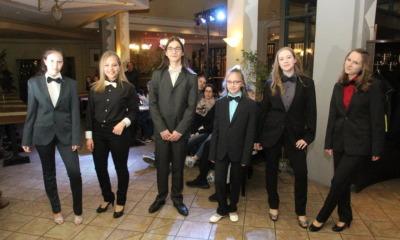 Junge Models präsentieren Festmode