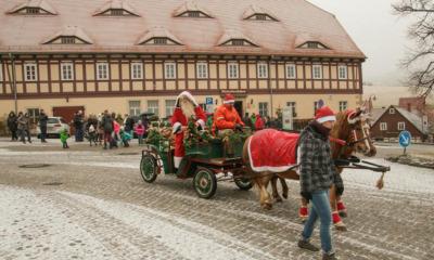 Weihnachtsmann fährt durch den Ort