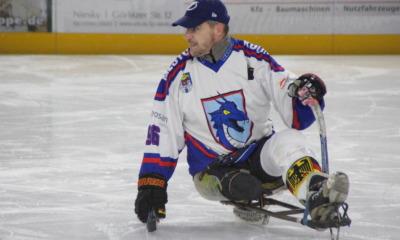 Mit Schlitten und zwei Schlägern auf dem Eis