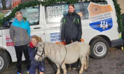 Gansabrennen mit Kind und Pony